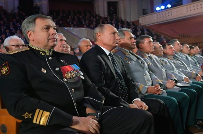 Wakil Laksamana AL Rusia Igor Kostyukov (kiri) bersama Presiden Vladimir Putin (dua kiri) di Moskow, 2 November 2018. (Foto: AFP/Sputnik/ALEXEI DRUZHININ)