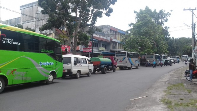 Antrean panjang kendaraan untuk membeli bahan bakar minyak (BBM) jenis solar terjadi di Jl Soekarno Hatta, Kota Tanjungpinang, Selasa, 22 Januari 2019.  Medcom/Anwar