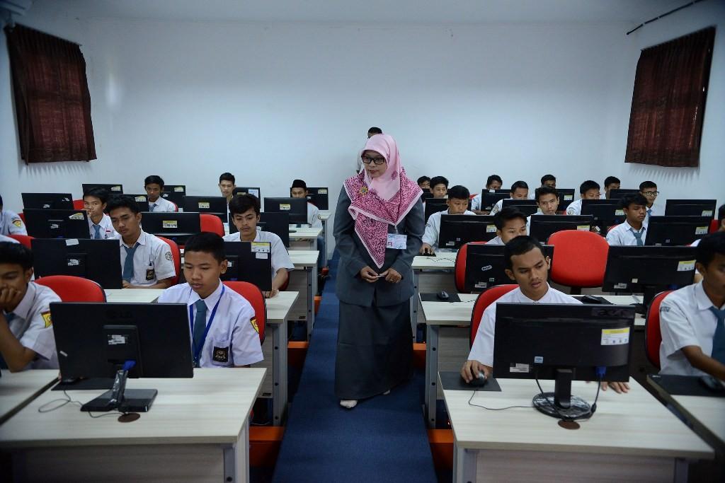Guru sedang mengajar di depan kelas, MI/Susanto.