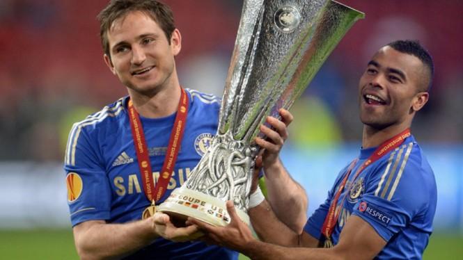 Ashley Cole (kanan) dan Frank Lampard saat bahu-membahu membantu Chelsea menjuarai trofi Liga Europa musim 2012--2013. (Foto: Sky Sports)