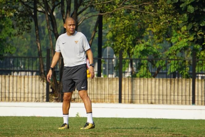 Asisten pelatih Timnas U-22 Nova Ariyanto memimpin sesi latihan Timnas U-22 selama Indra Sjafri absen karena mengambil lisensi kepelatihan AFC Pro di Spanyol (Foto: medcom.id/Kautsar Halim)