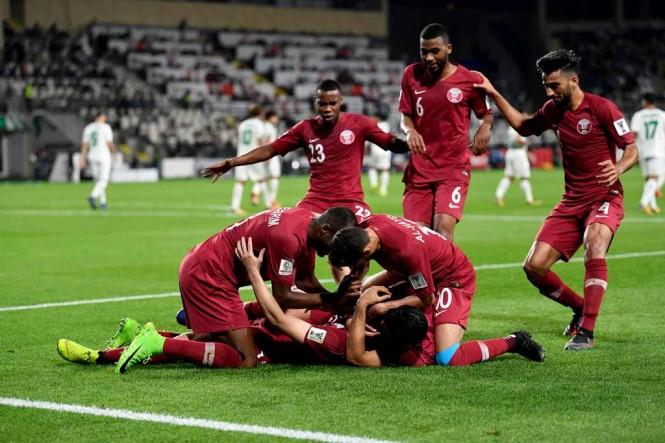 Pemain Qatar merayakan keberhasilan mereka melaju ke babak perempat final Piala Asia 2019 (AFP/Khaled Desouki)