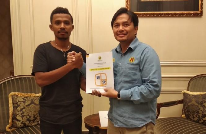 Prisca Womsiwor (kiri) bersama CEO Barito Putera Hasnuryadi Sulaiman (Medcom/Rendy Renuki H)