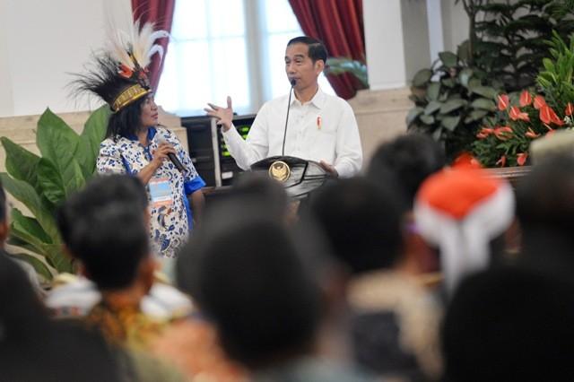 residen Joko Widodo (kanan) berdialog dengan nelayan perempuan asal Mamberamo Papua, Marijen saat bersilaturahmi dengan nelayan di Istana Negara, Jakarta. Foto: Antara/Wahyu Putro.