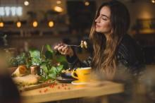 Hal-hal yang Bisa Anda Lakukan jika Makan Sendirian