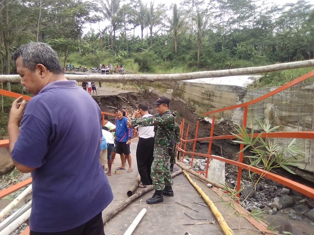 Kondisi jembatan Plompong ambruk diterjang deras air sungai Kali Keruh, di Brebes, Jawa Tengah. Medcom.id/Kuntoro Tayubi