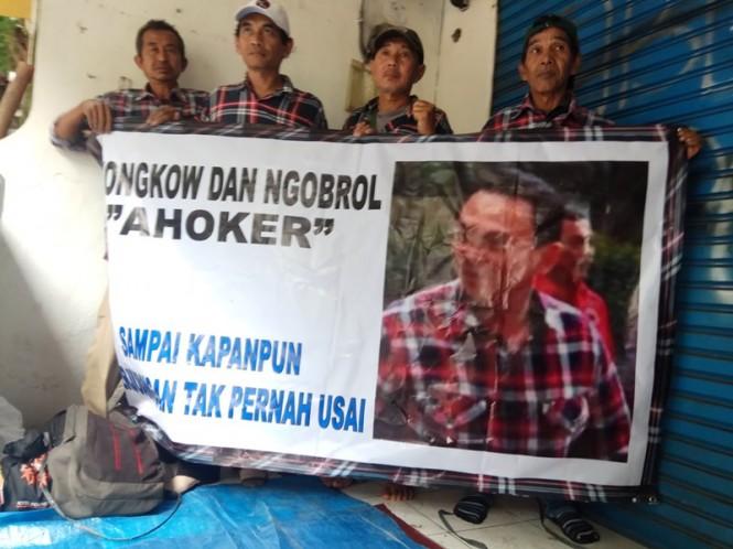 Sejumlah orang yang mengaku simpatisan Basuki Tjahaja Purnama alias Ahok mendatangi Mako Brimob, Kelapa Dua Depok, Jawa Barat, Rabu, 23 Januari 2019. Medcom.idOctavianus Dwi Sutrisno.