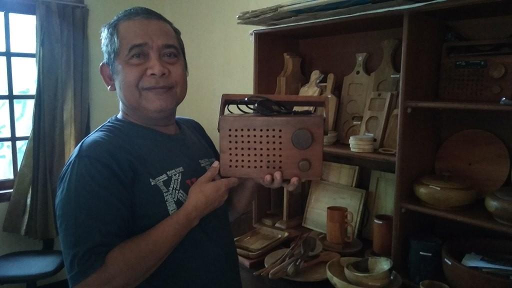 Suratimin menunjukkan hasil kerajinan radio dari tanaman hutan rakyat. Medcom.id/ Ahmad Mustaqim.