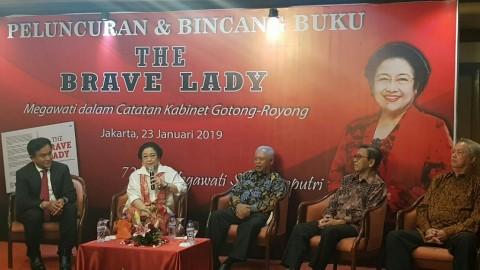 Menteri Kabinet Gotong Royong Menghadiahi Megawati Buku