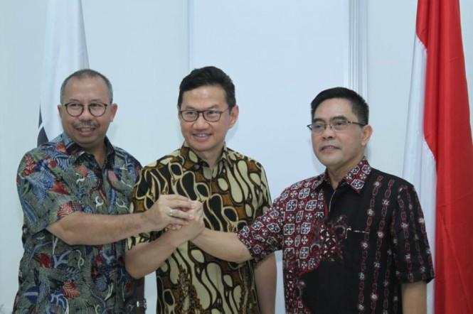Sekjen Kemenperin Haris Munandar (kanan) dan Presiden Direktur Cirebon Power Heru Dewanto (tengah). (FOTO: dok Cirebon Power)