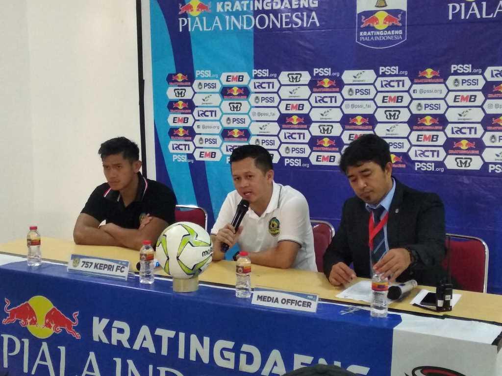 Pelatih Kepri Jaya, Regi A. Yonathan (tengah) (Medcom.id/Muhammad Al Hasan)