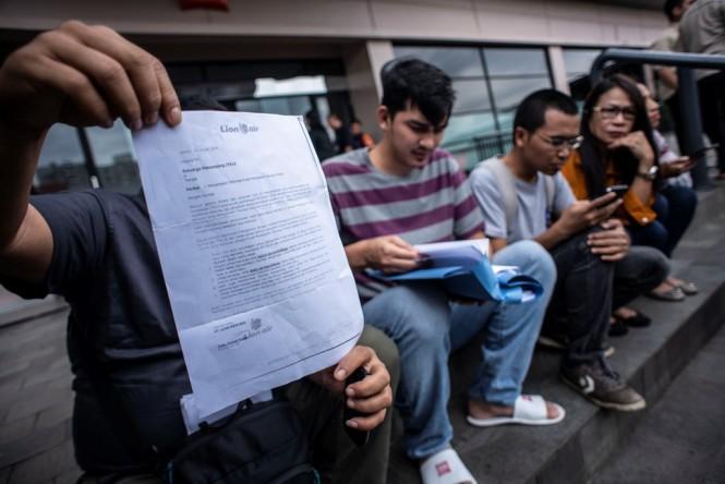 Keluarga korban kecelakaan penerbangan Lion Air PK - LQP nomor penerbangan JT 610 menunjukkan surat keterangan dari Lion Air kepada wartawan di halaman Hotel Ibis, Cawang, Jakarta, Rabu (23/1/2019). ANT/Aprilio Akbar