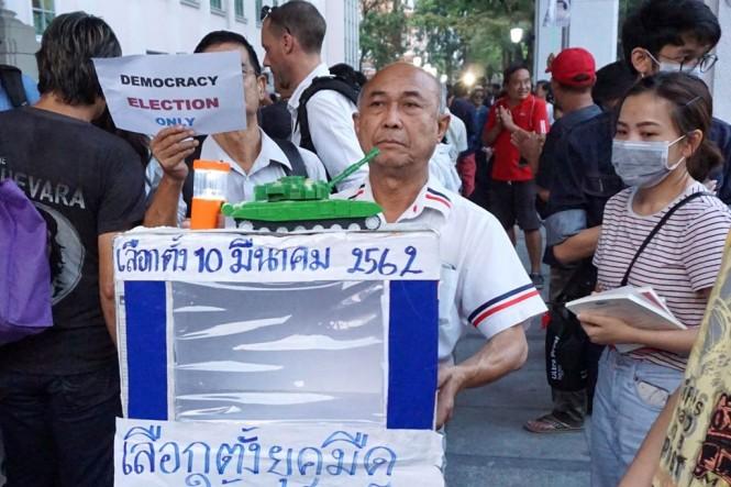 Warga Thailand mendesak pemilu segera diadakan. (Foto: AFP)