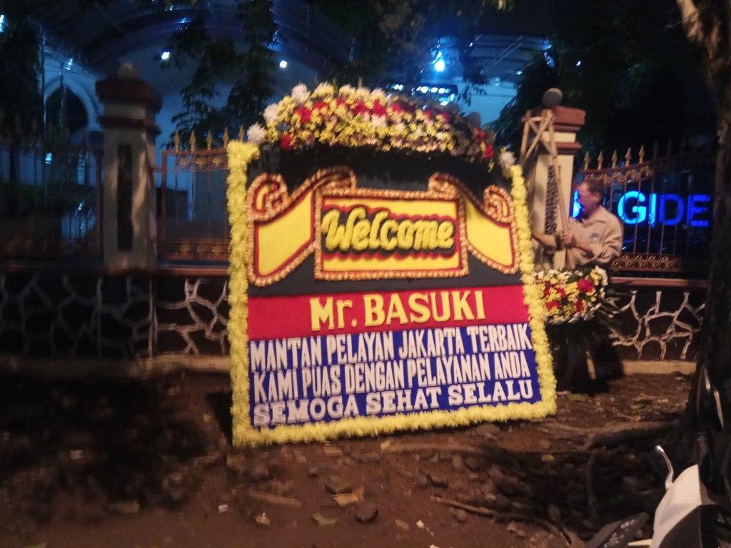 Karangan bunga untuk Basuki Tjahaja Purnama mulai diletakkan di sekitar Mako Brimob, Kelapa Dua, Depok, sejak tadi malam. Medcom.id/Octavianus Dwi.