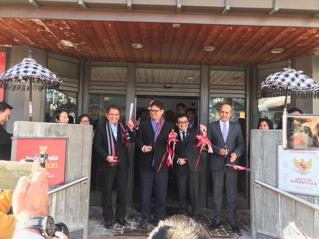Watap RI untuk PBB di Jenewa Hasan Kleib (paling kanan) bersama para menteri resmi membuka Indonesia Pavilion. (Foto: Dok. PTRI Jenewa)