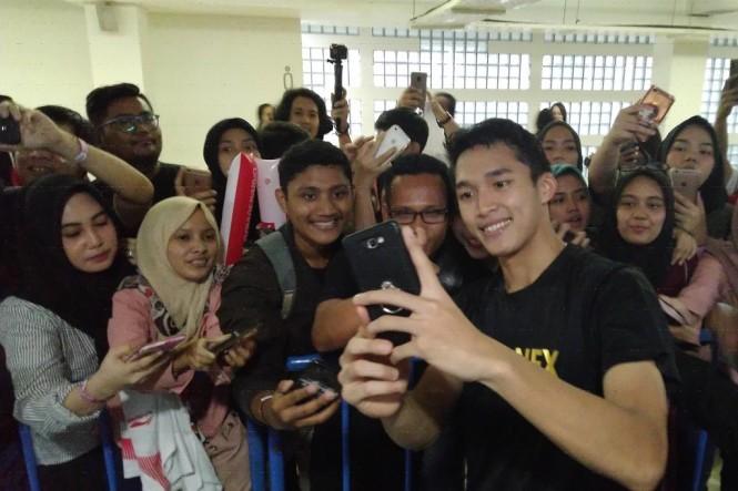 Keseruan penonton Indonesia Master 2019 berfoto dengan atlet Bulutangkis (Foto:Medcom.id/kautsar Halim)