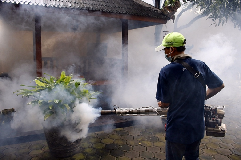 Petugas melakukan fogging, MI - Barry Fathahilah