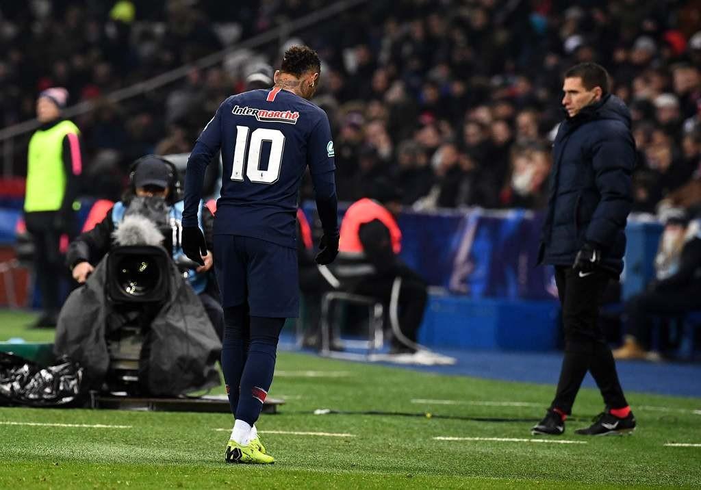 Bintang PSG, Neymar saat ditarik keluar pada laga melawan Strasbourg di ajang Coupe de France (FRANCK FIFE / AFP)