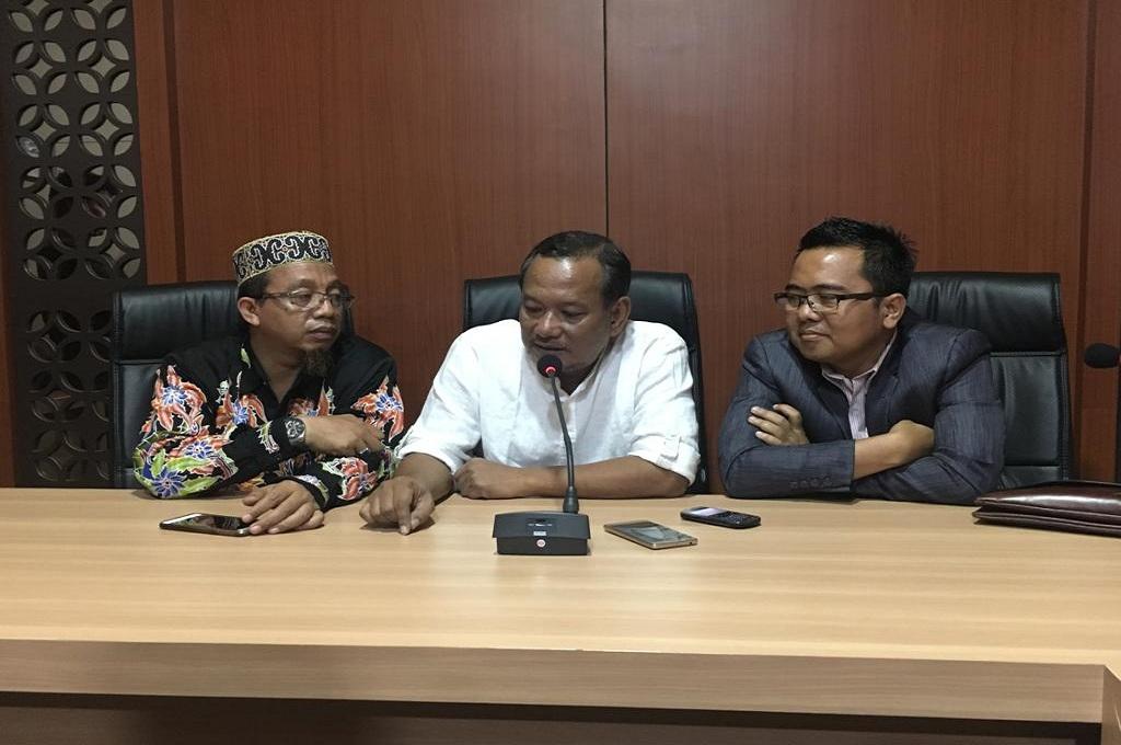 Vigit Waluyo (tengah) menggelar konferensi pers usai diperiksa sebagai tersangka kasus pengaturan skor sepak bola Indonesia di Mapolda Jatim, Medcom.id - Hadi