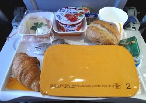 Kenapa Makanan Berbeda Rasa Ketika Dicicipi di atas Pesawat?