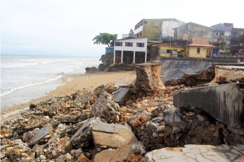 Pesisir Pantai Kupang Porak-Poranda Dihantam Gelombang