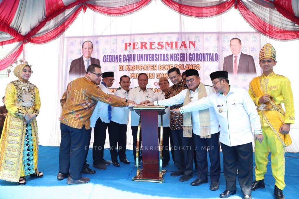 Menteri Riset, Teknologi dan Pendidikan Tinggi (Menristekdikti), Mohamad Nasir meresmikan fasilitas gedung baru Universitas Negeri Gorontalo (UNG), Kemenristekdikti/humas.