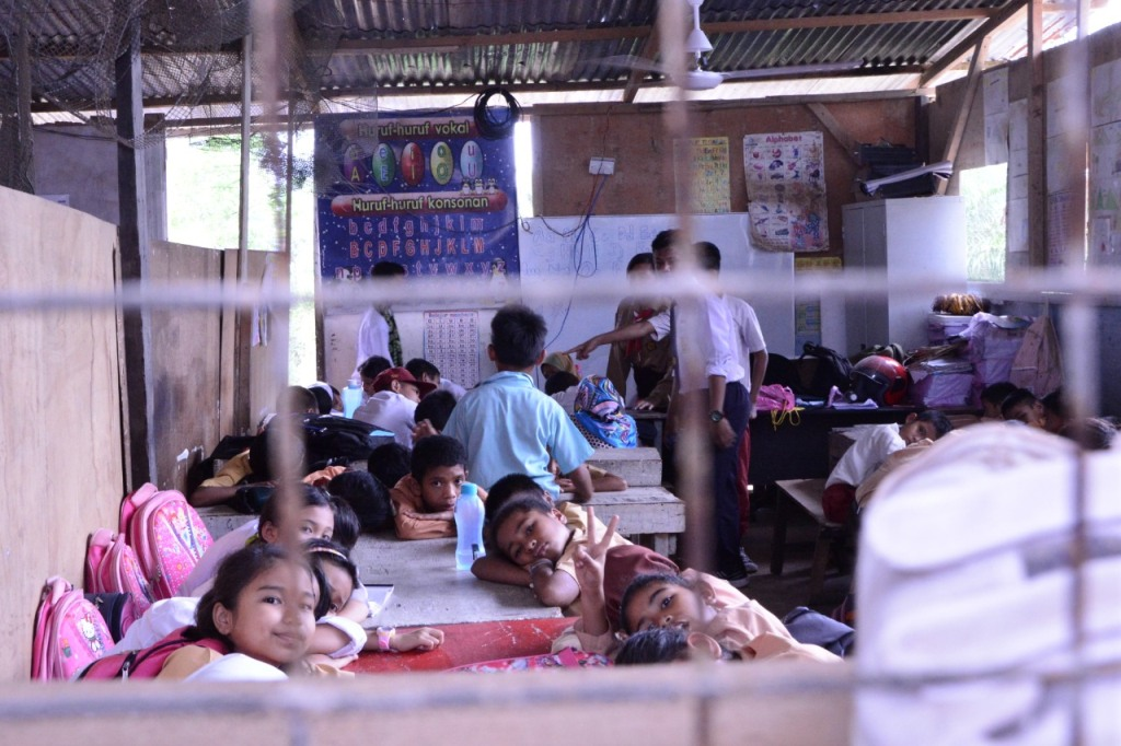 Anak-anak TKI tengah belajar di salah satu Community Learning Center di Sabah, Malaysia, Kemendikbud/BKLM.