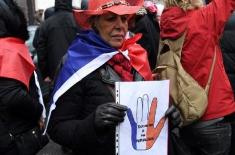 'Syal Merah' Menentang 'Rompi Kuning' di Prancis