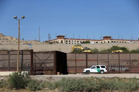Warga Pribumi AS Menentang Tembok Perbatasan Trump
