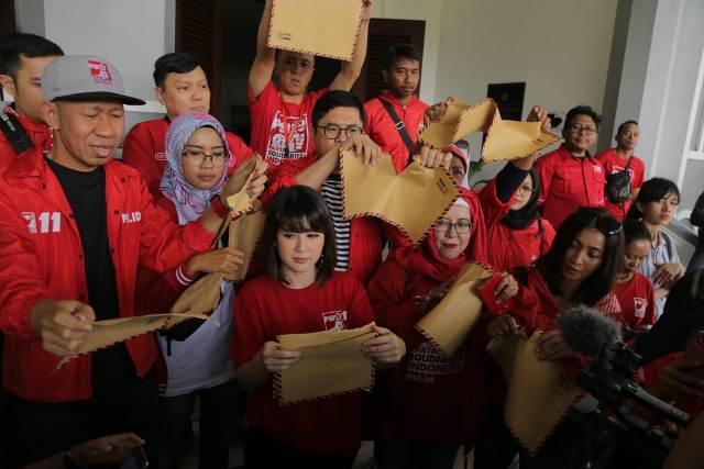 Partai Solidaritas Indonesia (PSI) menggelar aksi sobek amplop cokelat di gedung DPRD Malang.