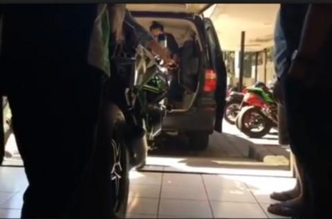 Kawasaki H2 Ini Diantar ke Konsumen pakai Toyota Alphard