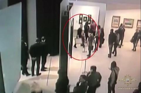 Curi Lukisan Rp2,5 Miliar dengan Santai, Pria Rusia Ditangkap