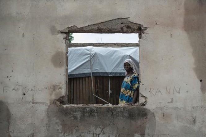 Seorang wanita telantar berada di kota Rann, Nigeria, 29 Juli 2017. (Foto: STEFAN HEUNIS/AFP/GETTY IMAGES)