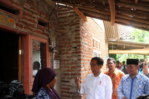 Jokowi Tinjau Penyambungan Listrik Gratis ke 300 Rumah di Bekasi