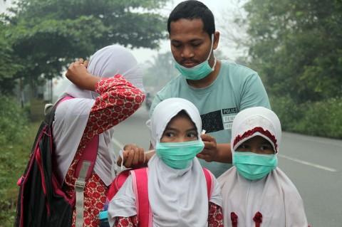 Kabut Asap Selimuti Aceh Barat, Masker Dibagikan Gratis