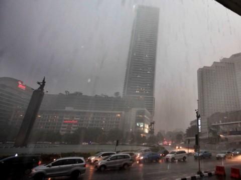 Hujan Disertai Petir Bakal Warnai Langit Jakarta
