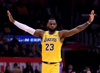 LeBron James Bantu Lakers Menangi Derby Los Angeles