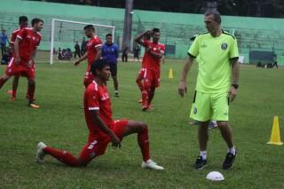 Pelatih Arema Menargetkan Cetak Tiga Gol ke Gawang Persita