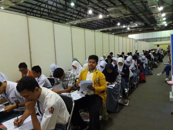 Para peserta beasiswa OSC Medcom.id tengah mengikuti seleksi tes tulis, Medcom.id/Citra Larasati.