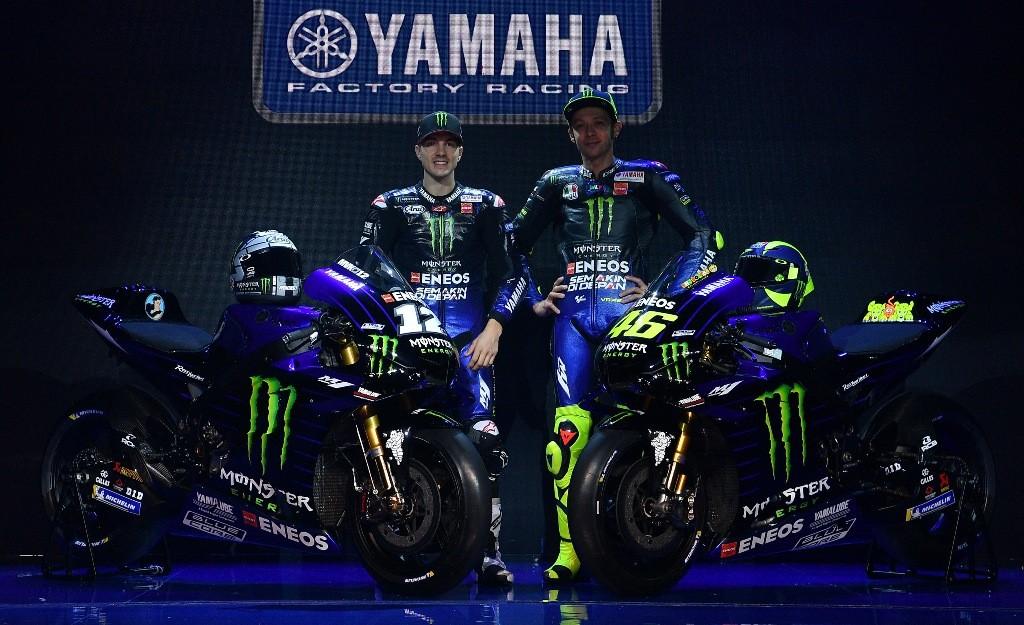 Maverick Vinales dan Valentino Rossi berpose saat peluncuran motor baru Yamaha di Jakarta. (Foto: ANTARA FOTO/Sigid Kurniawan)