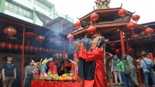 Mengintip Semarak Imlek di Vihara Dharma Bhakti