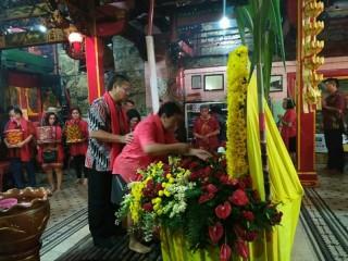 Ritual Mandikan Patung Buddha saat Malam Imlek