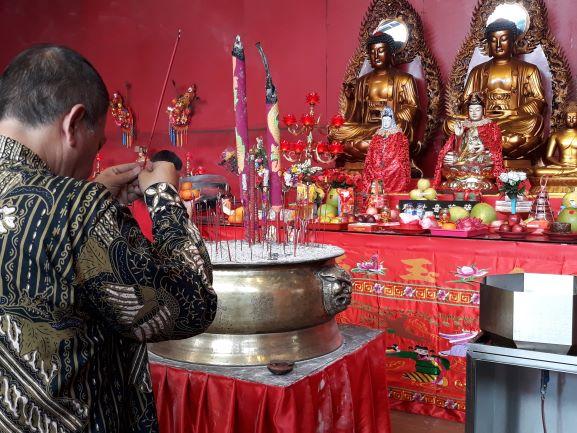 Ketua Pengurus Yayasan Vihara Dharma Bakti, Gunawan Jayaputra saat sedang sembahyang di Klenteng Kim Tek Le, Medcom.id/Citra Larasati.