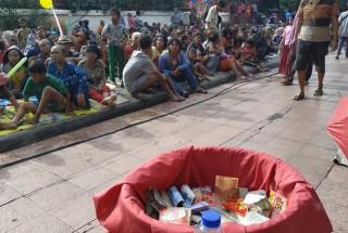 Vihara Dharma Bakti Dipenuhi Ratusan Pengemis