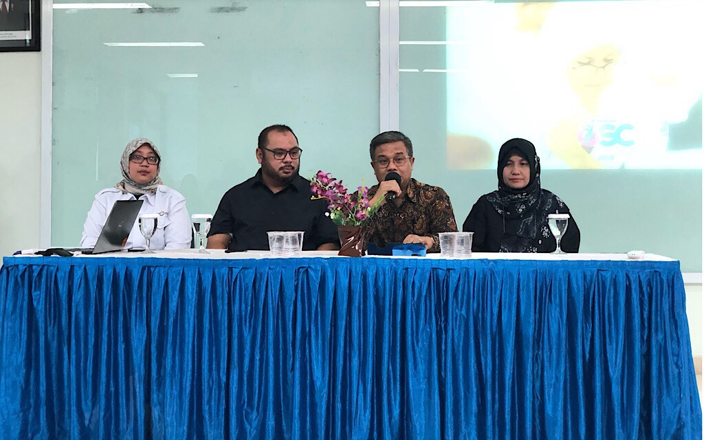 Rektor UAI, Asep Saifuddin (kedua dari kanan) saat menerima Direktur Utama Medcom.id, Mirdal Akib (kedua dari kiri), di Kampus UAI, Jakarta, Medcom.id/Theofilus Ifan Sucipto.