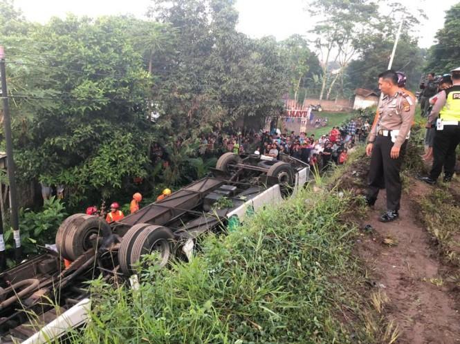 Petugas Kepolisian bersama instansi terkait melakukan evakuasi para korban kecelakaan bus tunggal di Nagreg, Kabupaten Bandung, Rabu 6 Februari 2018. (Foto dokumentasi Polres Bandung)