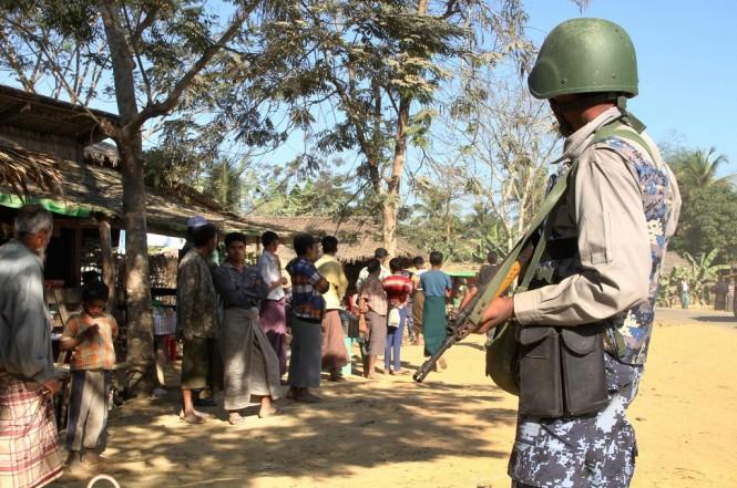 Seorang penjaga perbatasan bersiaga di sekelompok Muslim Rohingya di Rakhine, Myanmar, 25 Januari 2019. (Foto: AFP/RICHARD SARGENT)