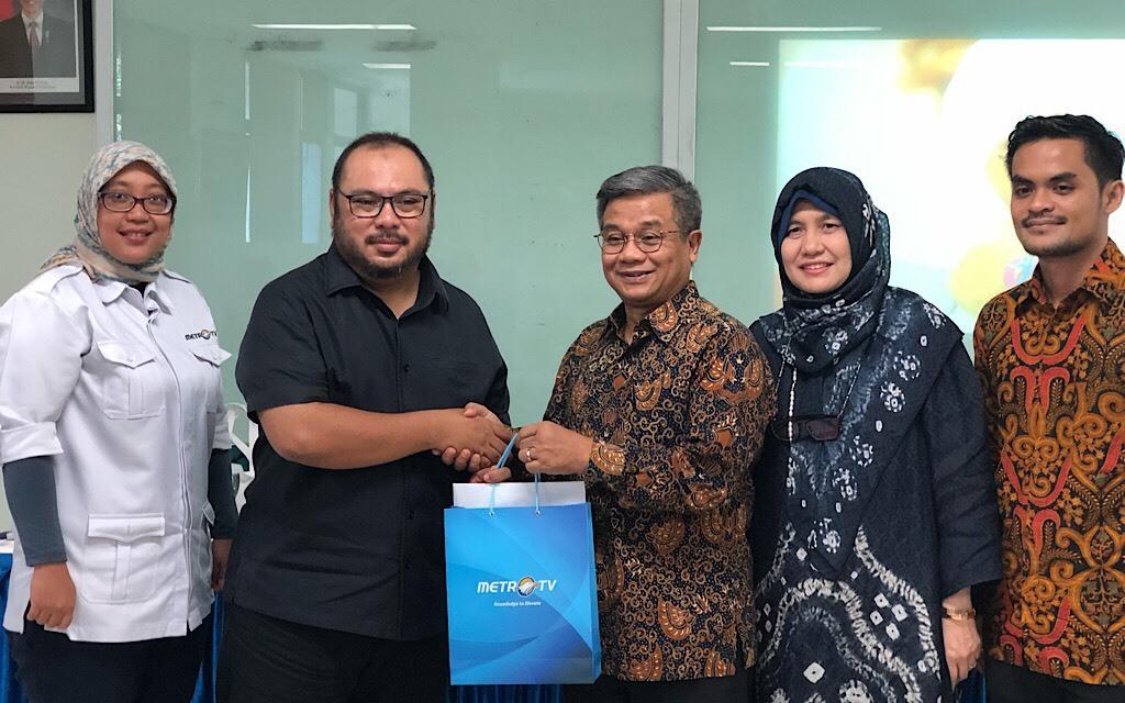 Direktur Utama Medcom.id, Muhammad Mirdal Akib (kiri) bersalaman dengan Rektor UAI, Asep Saifuddin (Kedua dari kiri), di Kampus UAI, Jakarta, Medcom.id/Theofilus Ifan Sucipto.