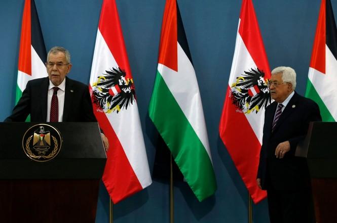 Presiden Austria Alexander Van der Bellen (kiri) bersama Presiden Palestina Mahmoud Abbas di Ramallah, Tepi Barat, 5 Februari 2019. (Foto: AFP/ABBAS MOMANI)