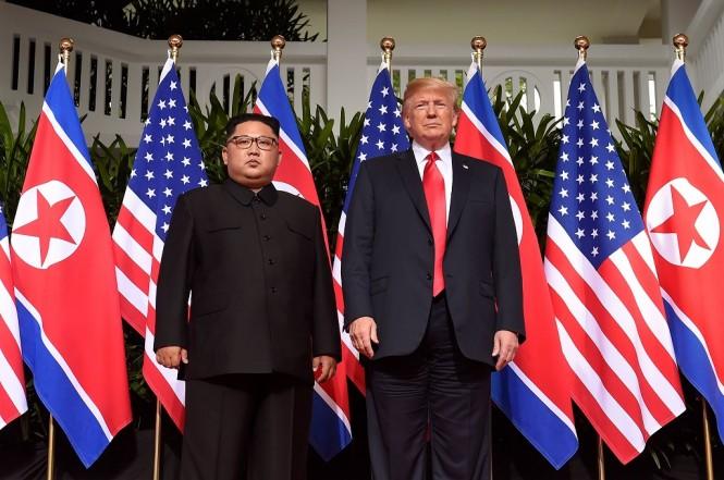 Presiden AS Donald Trump (kanan) dan pemimpin Korut Kim Jong-un di Singapura, 12 Juni 2018. (Foto: AFP/SAUL LOEB)